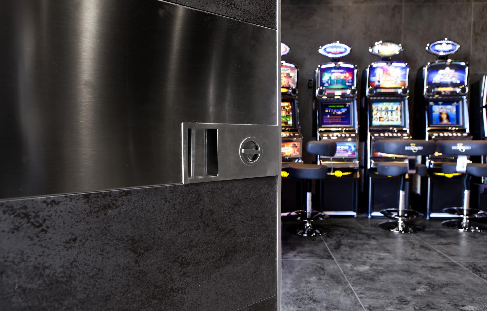 L'Aquila, Italia – Sala scommesse/giochi/bar - Oikos